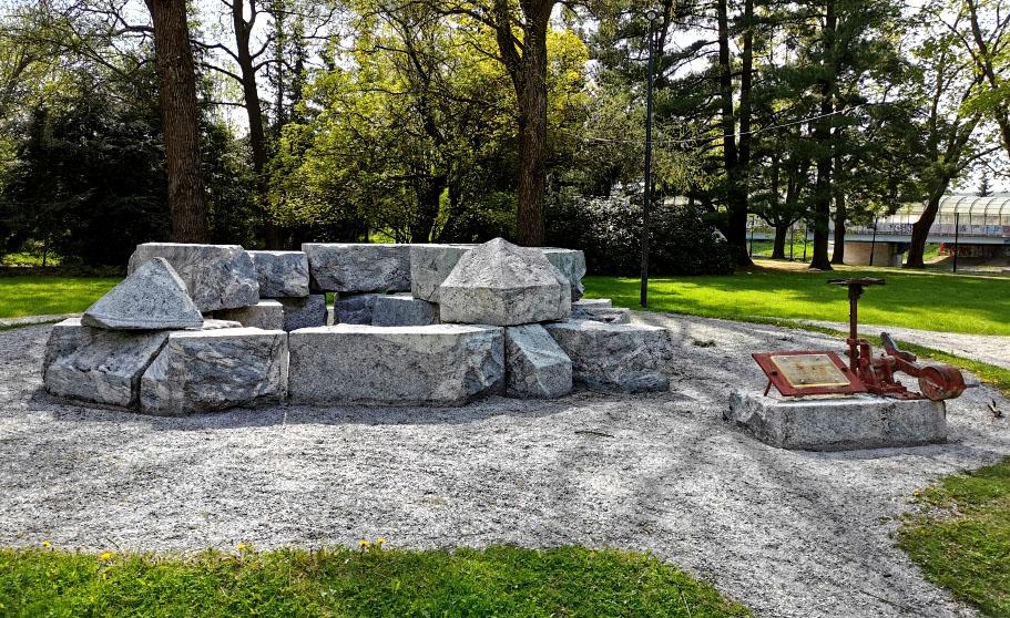 Veistetyistä kivistä rakennettu kehikko, kesä, puita, puisto.