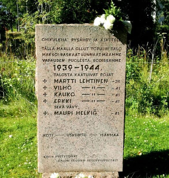 Kivilaatta, johon on kaiverrettu nimiä.