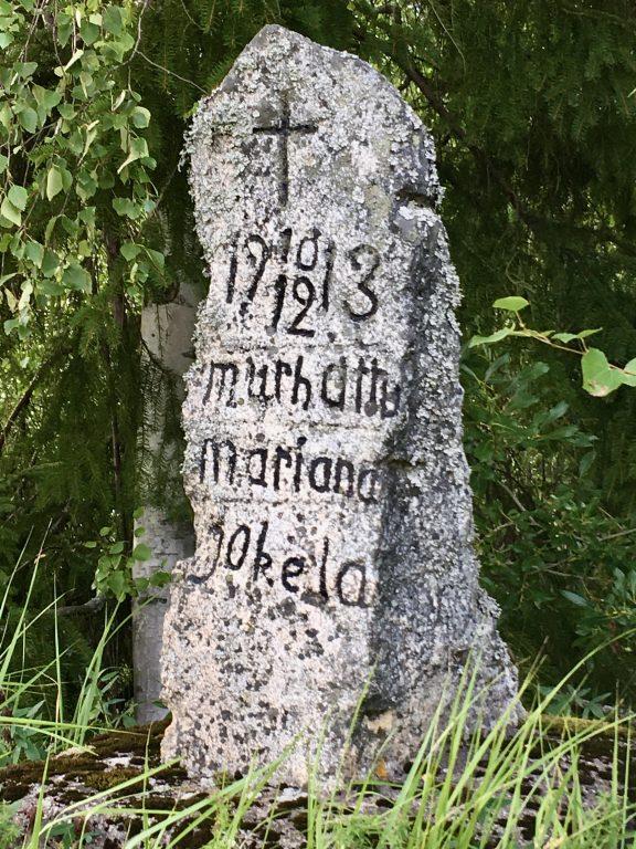 Harmaa kivinen paasi, jossa on kaiverrettuna vuosiluku ja murhatun Marjaanan nimi.