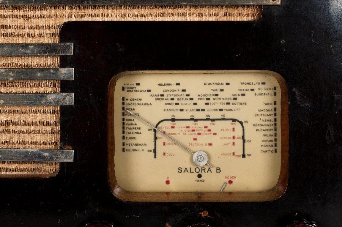 Vanhan radion analoginen taajuusalueviisari.