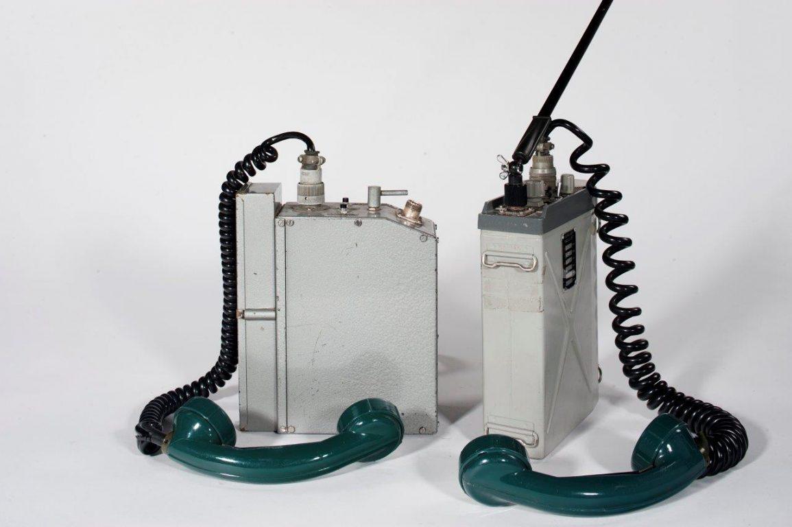 Kaksi metallista isoa laatikkomallista radiopuhelinta