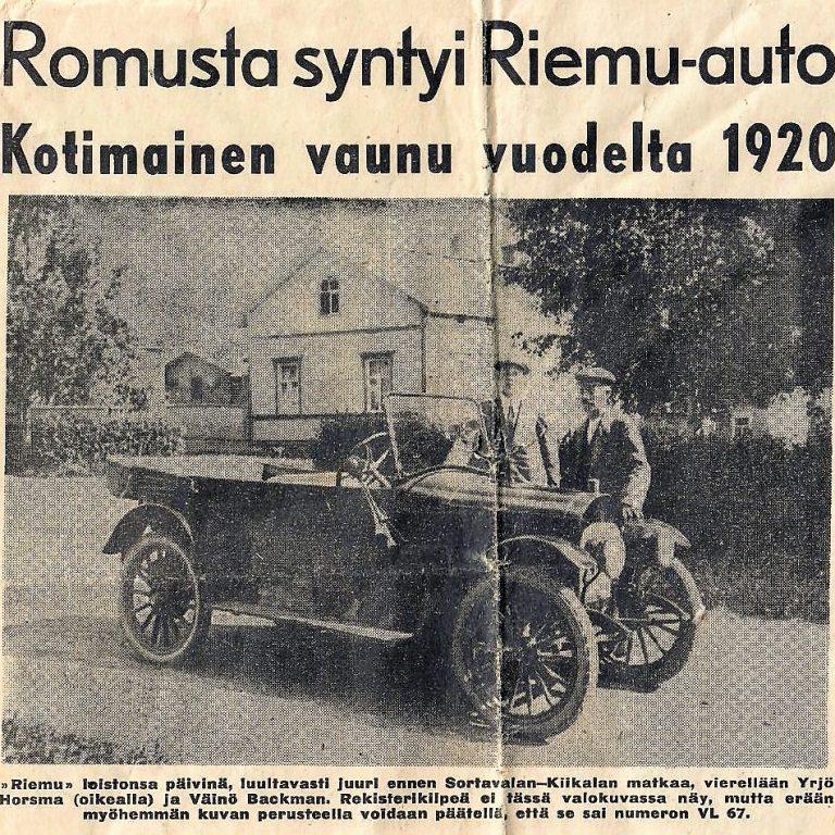 Vanha sanomalehtileike, jossa on kuva vanhasta autosta. Mustavalkoinen.
