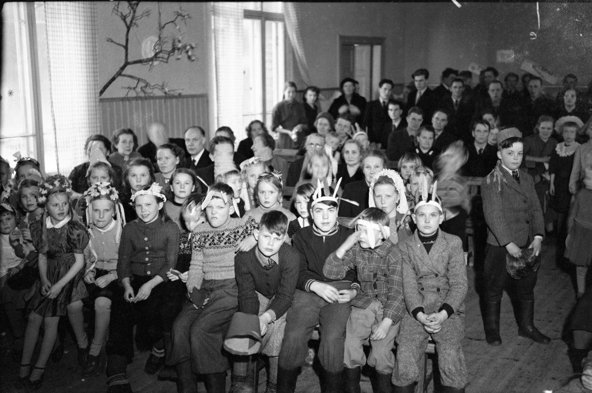 Vanha mustavalkoinen valokuva jossa paljon lapsia